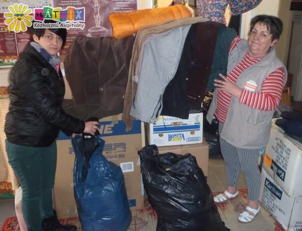 Hajléktalanszállóknak vittünk ruhaadomány csomagokat