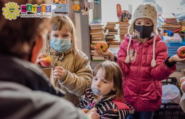 Almát, tésztát, édességet kaptak nehéz sorsú családok