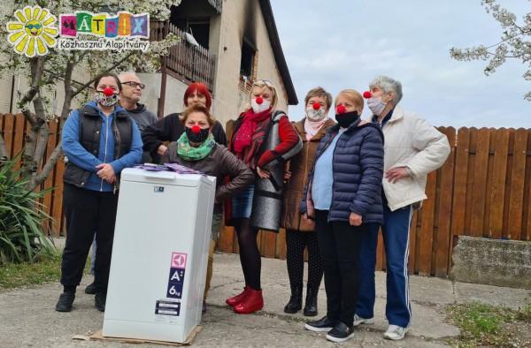 Bohócdoktorok vitték a mosógépet a tűzkárosult nagycsaládosoknak