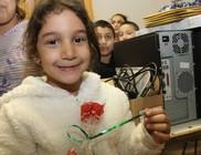 Számítógépeket hozott a gyerekek felzárkózását segítő tanodába a Mikulás