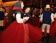 Tánctól, énektől pezsdült fel pénteken a karácsonyi vásár