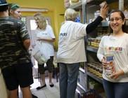 300 család kapott élelmiszer csomagot