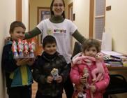 Családok százai kaptak karácsonyi ajándékot