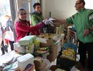 Élelmiszer csomagot kapott 300 család