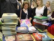 Gyermekek ezrei kaptak év végi jutalomkönyvet - képes beszámoló