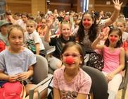Gyermektáborokban jótékonykodtak a bohócdoktorok