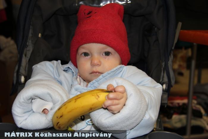 Anyu adományt válogat a Mátrixnál, a picur közben pedig banánt eszik :)