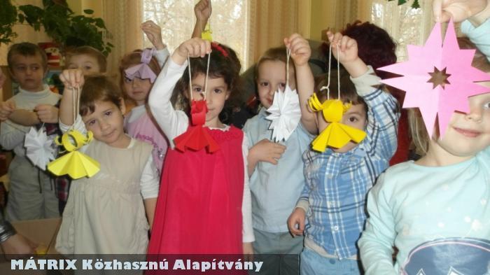 Tündéri Gyerekek készítették a Mátrix és a Karitáció jótékonysági fenyõfájára a díszeket!