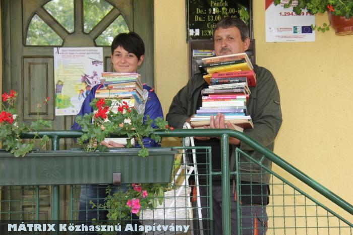 Könyvadományt vittünk intézmények részére