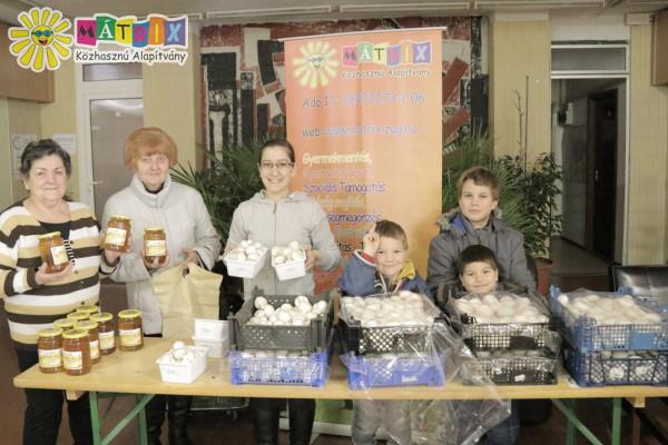 Önkéntes csapat, méz és gomba osztás