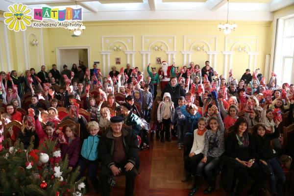 Gyermekek százai kaptak ajándékot, családtámogatás
