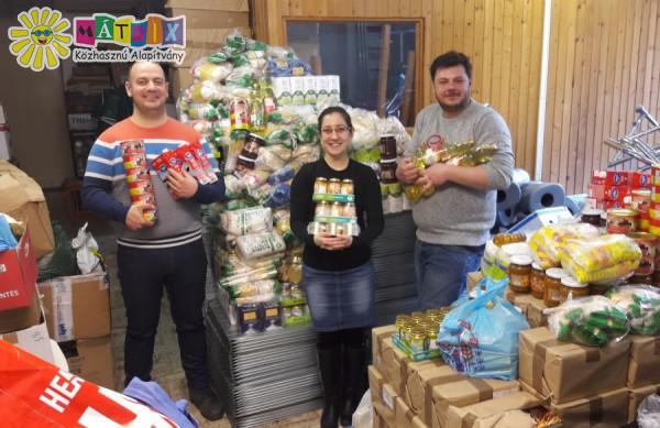Élelmiszer adomány a Segítsütitől