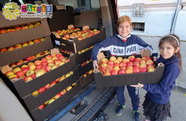 Önkéntes gyerekek - adományosztáskor