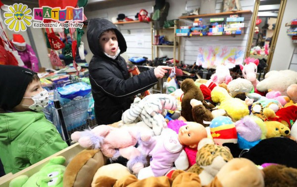 Gyermekek kaptak játékcsomagokat az ünnepekre
