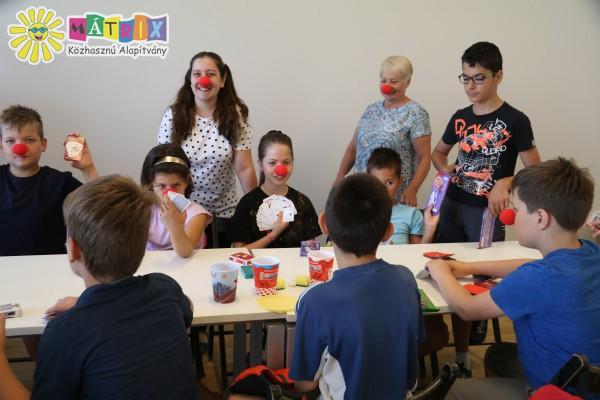 Játék a nyári táborban a bohócdoktorokkal