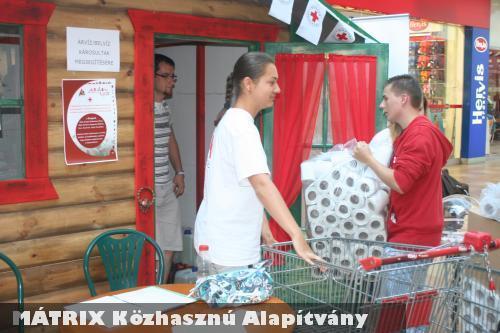 A Vöröskeresztet támogattuk fertõtlenítõszerekkel, melyet a szervezet az árvízi védekezéskor használ fel!