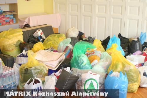 Egy szobányi ruha adományt vitt a MÁTRIX Közhasznú Alapítvány