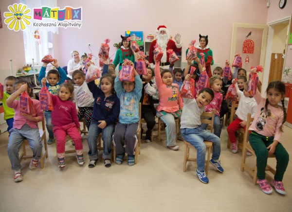 Ajándékot kaptak a Gyerekek a mikulástól :)