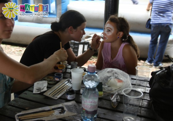 Arcot festettünk a hátrányos helyzetű gyerekek szervezett táborbban