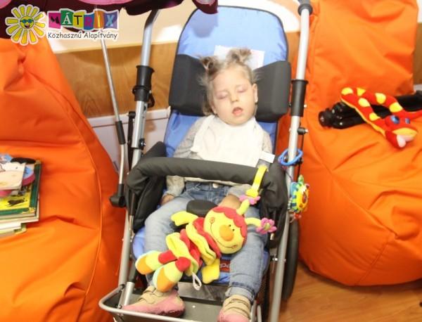 Dia a mozgássérült babakocsijában kényelmesebben szállítható - köszönjük a támogatók segítségét!
