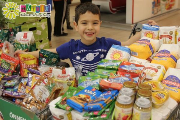 Élelmiszer adomány gyűjtés - segített kicsi és nagy is
