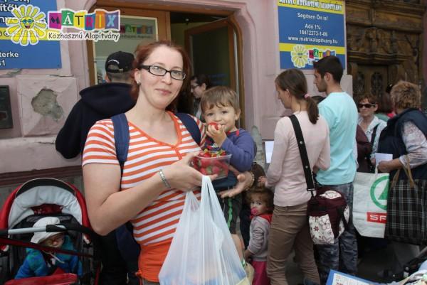 Gyümölcsosztás, élelemosztás családtámogatás