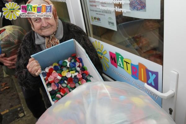 Kupakot gyűjtöttek a Mátrixos Önkéntesek, az agysorvadásos Dia kezelésének támogatásához