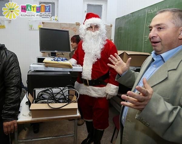 Mikulás vitte a számítógépeket a gyermekmentő tanodába