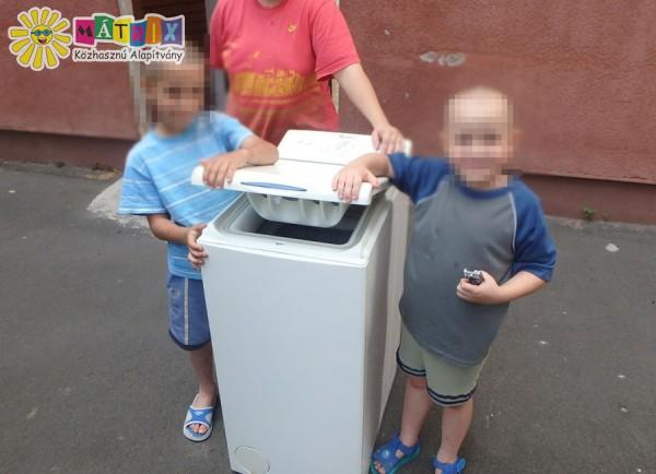 Mosógépet kapott a négygyermekes család