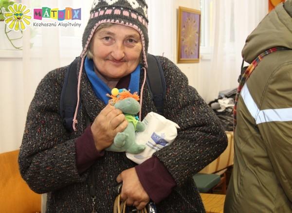 Tartós élelmiszer és ajándék osztás a Mátrix Alapítványnál