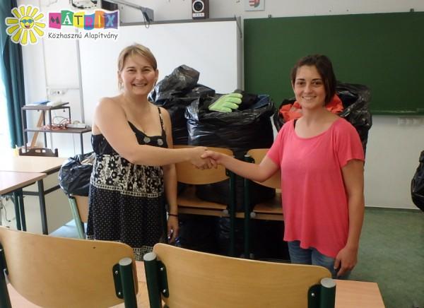 Tíz zsák gyerekruhát kaptunk az Arany János Általános Iskolából