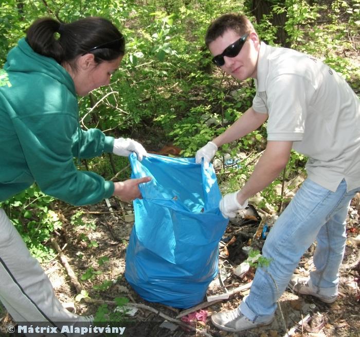 Szemetet szedtünk egy hulladékkal teli erdõben - együtt több civil szervezettel