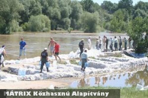 A MÁTRIX Alapítvány önkéntesei is homokzsákokat pakoltak