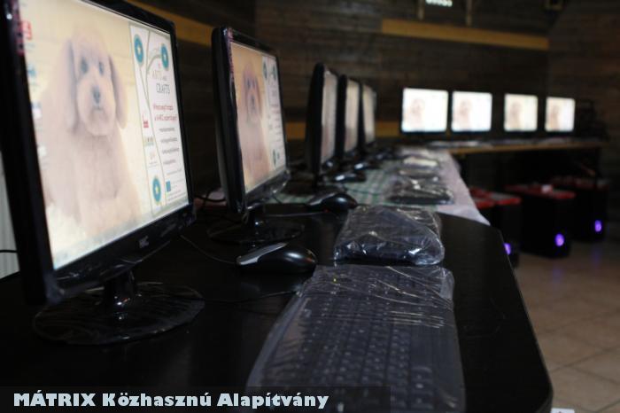 Számítógépek osztás elõtt - települések intézményeit támogatta a MÁTRIX