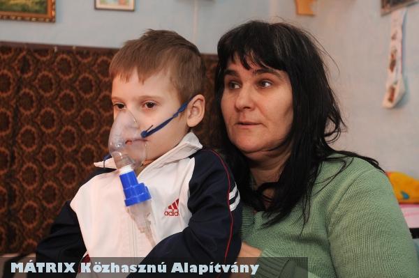 Patrikot, a tüdõ fibrózisban szenvedõ kisfiút (és családját) segítjük