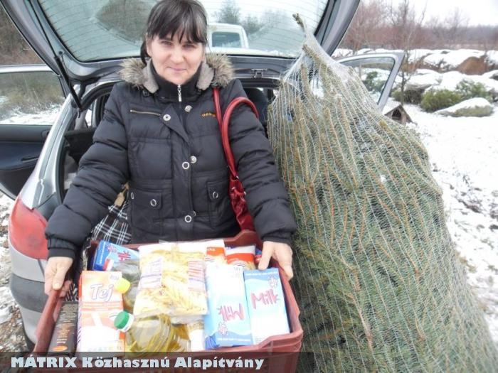 Élelmiszer csomagot és Fenyõfát adtunk a legrászorultabb családoknak
