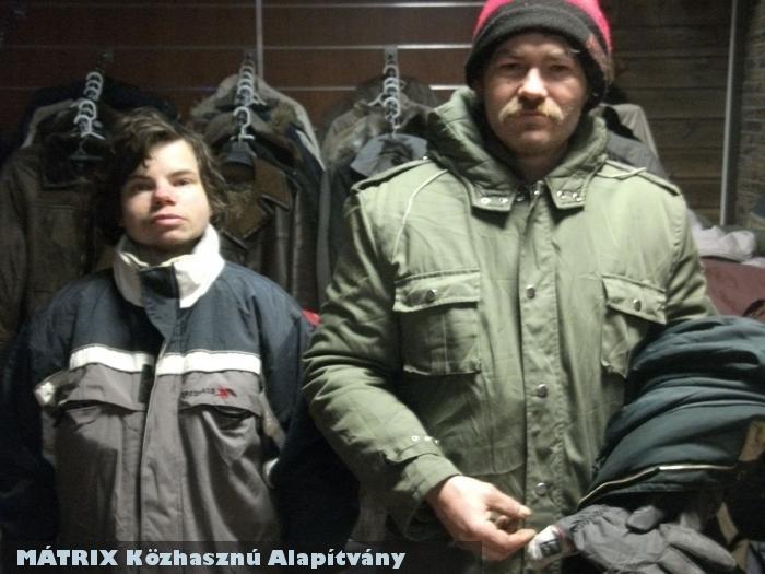 Kabátosztás - az új - meleg gúnya fagyás ellen életmentõ - 500 rászoruló kapott kabátot (plusz kesztyût, sálat, sapkát!, overált)