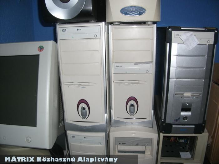 Számítógépeket adott a Mátrix a Nagycsaládosoknak